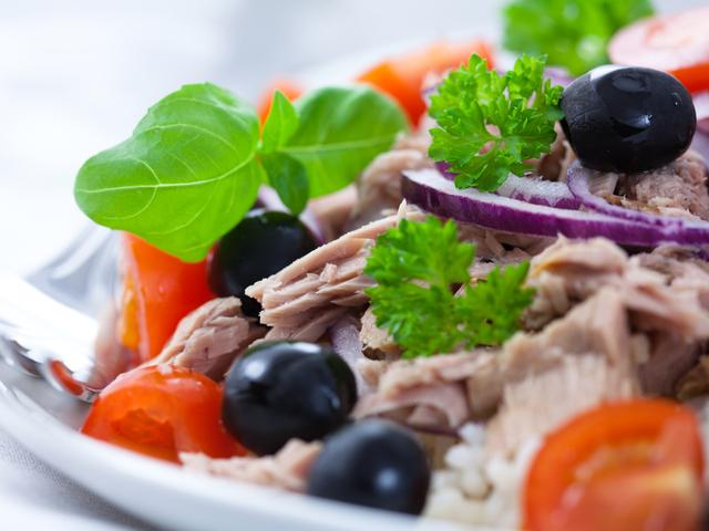 Салата с риба тон, домати и маслини