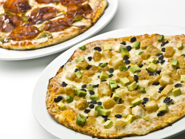 Лесна пица с авокадо, пилешко и синьо сирене