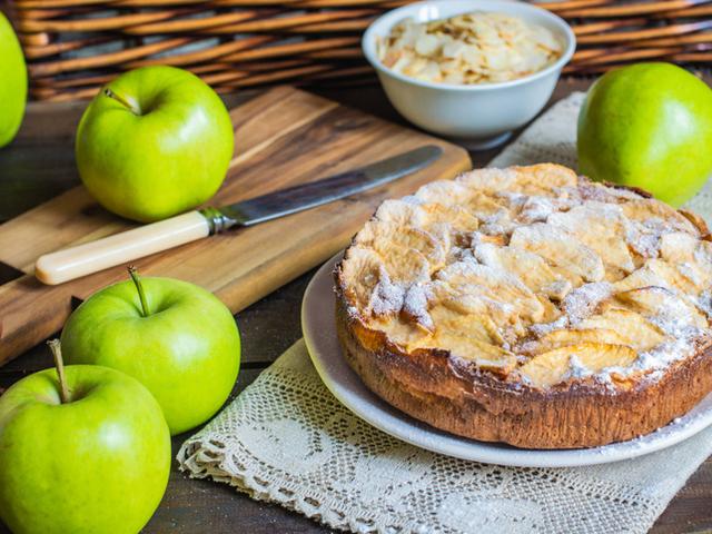Бадемов кекс с ябълки