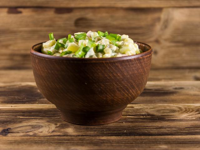 Картофена салата с грах и див чесън