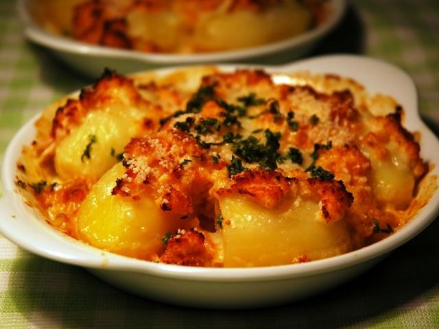 Запечени картофи със синьо сирене, кашкавал и шунка