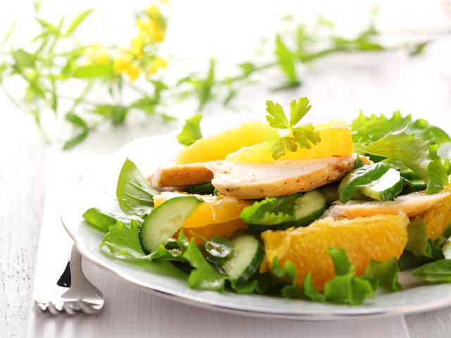 Зелена салата с пиле и портокал