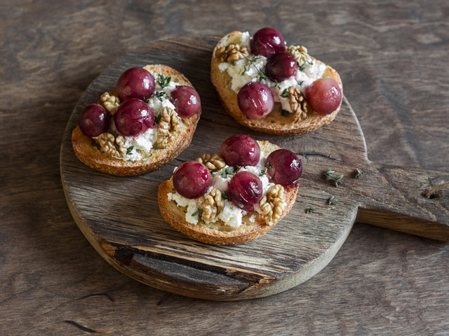 Брускети със сирене и грозде