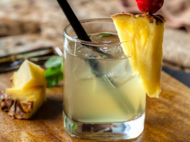Коктейл с ром, ананас и кокосова вода