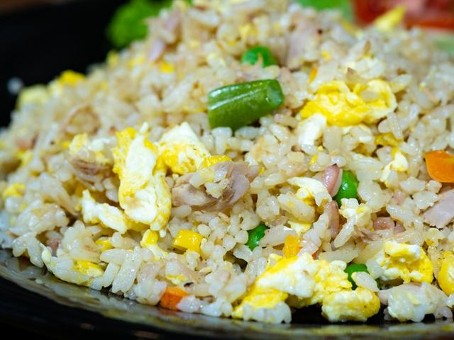 Пилешко с ориз и яйце на тиган