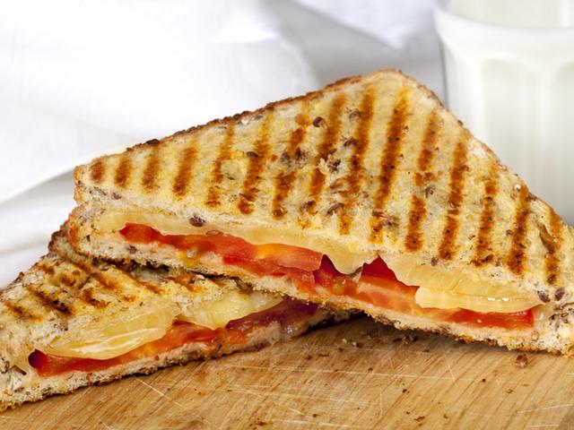 Сандвич с бекон, сирене и домат