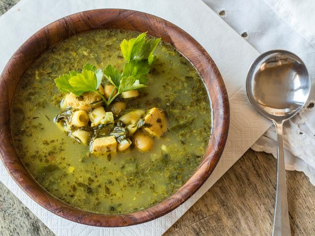Пролетна супа със спанак и коприва
