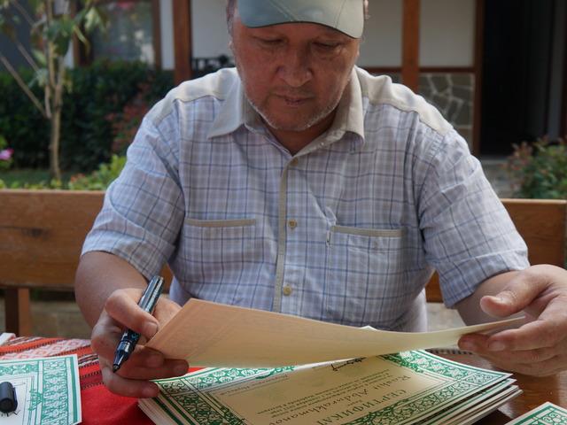 Норбеков подписва сертификатите на участниците в Международния поход по Странджа. Снимка: Милена Костова