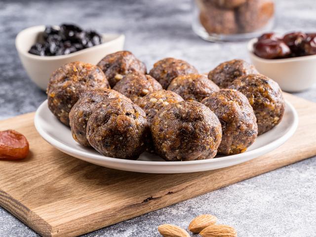 Енергийни бонбони с фурми и орехи