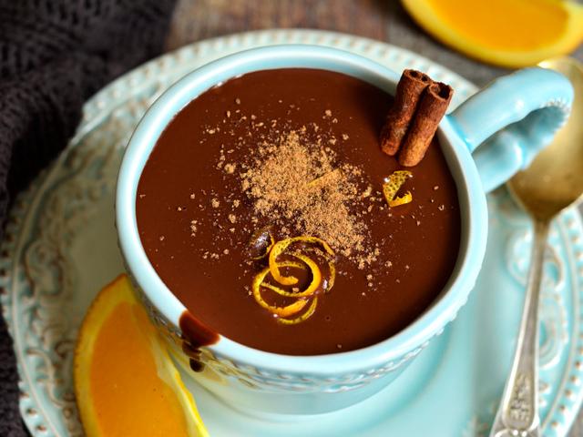 Топъл шоколад с ядки и портокалови корички