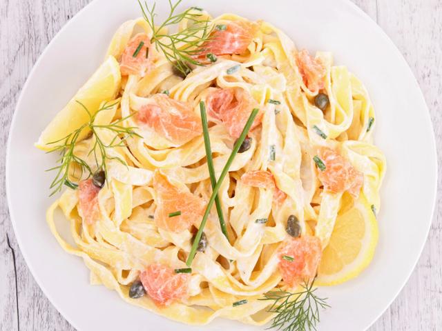 Спагети със сметана и сьомга