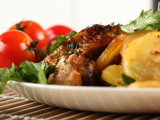 Свинско с грах и картофи