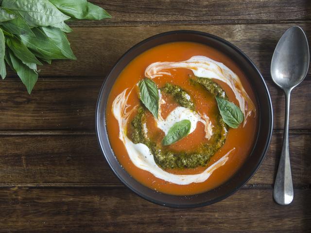 Пролетна доматена крем супа с масло