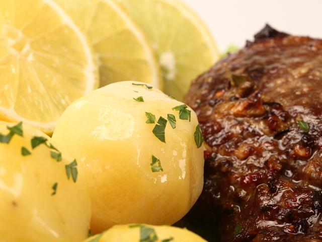 Свинско с бамя и картофи
