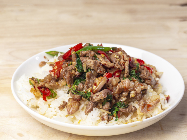Пиле с ориз и босилек по тайландски