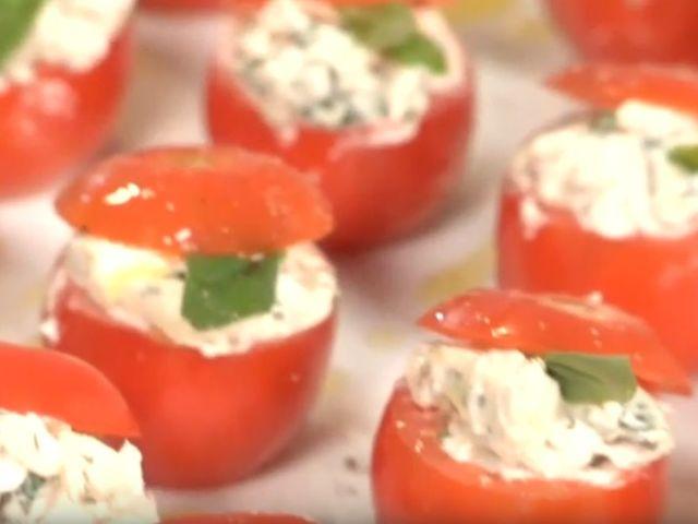 Пълнени чери домати със синьо сирене