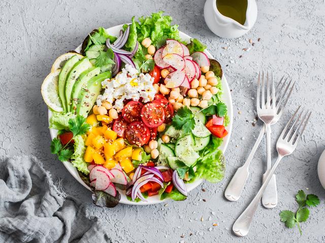 Богата салата с много зеленчуци и манго