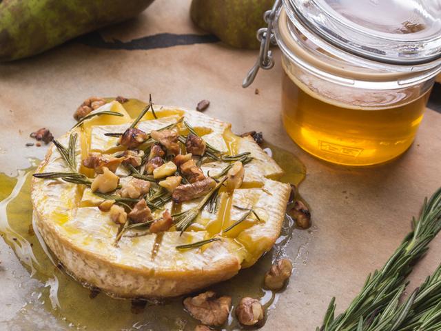 Запечено сирене бри с мед и ядки
