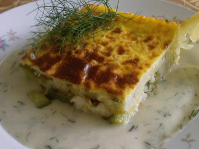 Мусака от тиквички и ориз със сос от копър