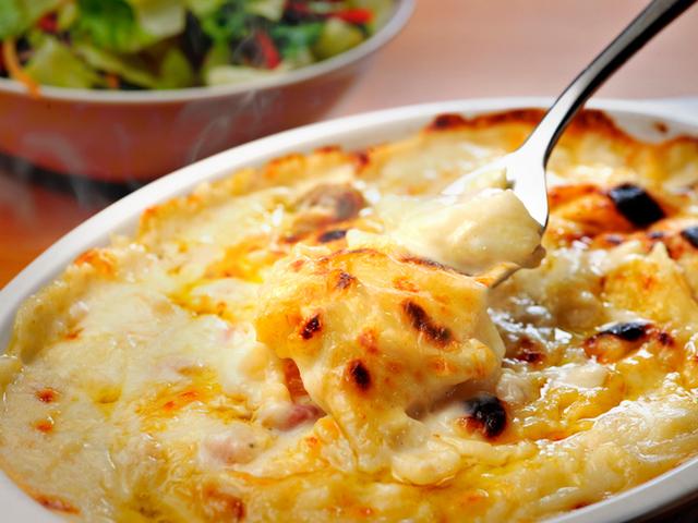 Картофен огретен с лук и кашкавален сос