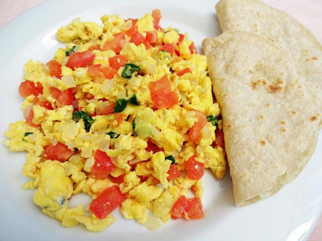 Бъркани яйца с лук и домати