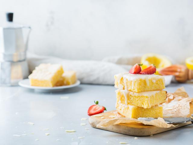 Маслен кекс с полента и ягоди