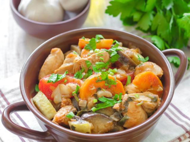 Яхния със свинско, тиквички и зеленчуци