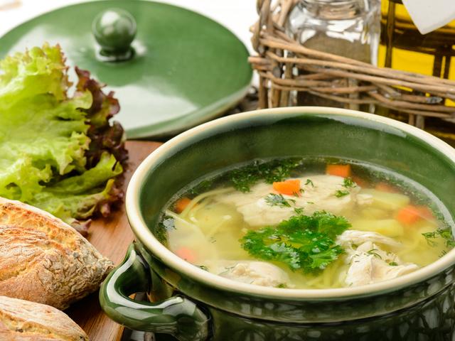 Пилешка супа със зеленчуци и крутони