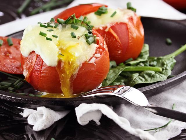Пълнени домати със салам и яйце