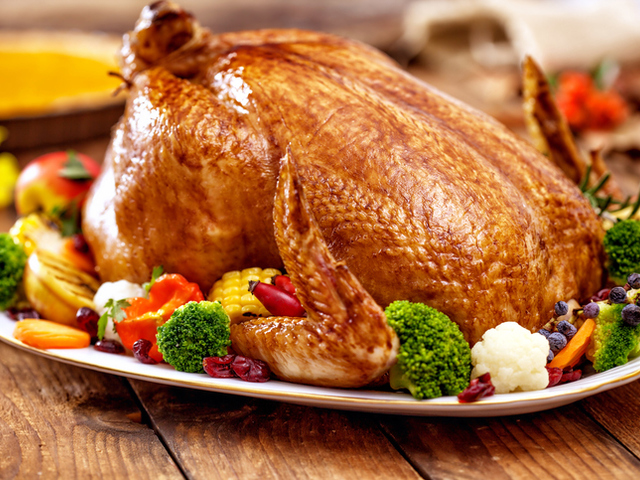 Печено пиле с шарена гарнитура
