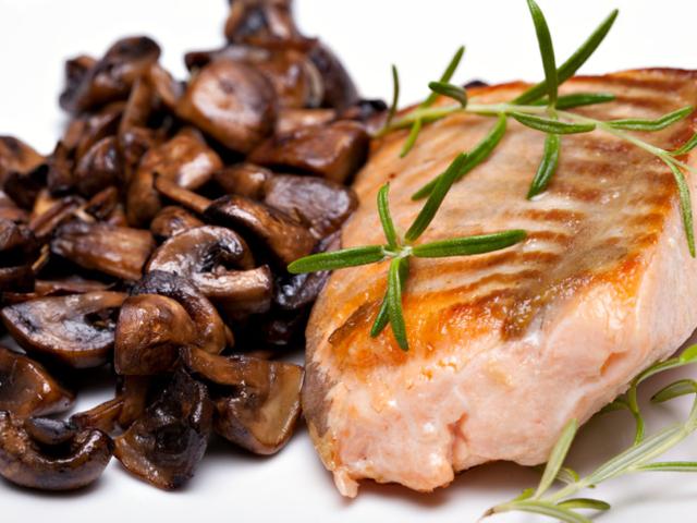 Печена риба с лук и гъби