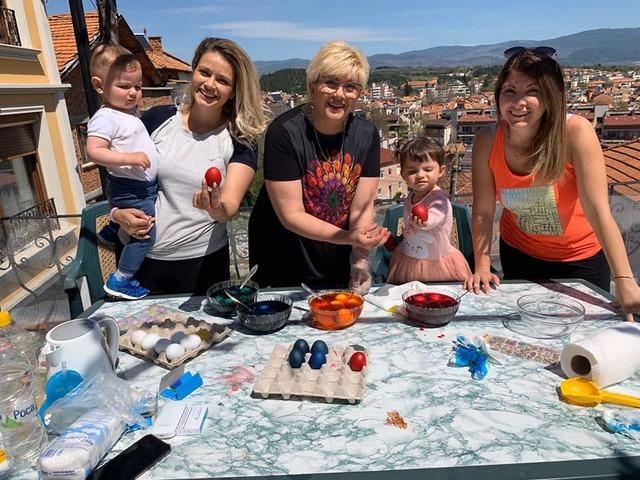 Николина Чакърдъкова с дъщеря си Мария, снаха си Лора и внуците Николина и Христо, боядисват яйцата за Великден. Снимка: личен архив