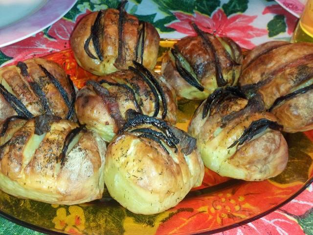 Пълнени червени картофи с бекон и лук