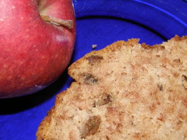 Сладкиш с ябълки, орехи и стафиди
