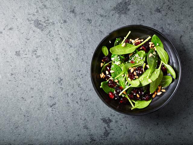 Салата със спанак, червени боровинки и маково семе