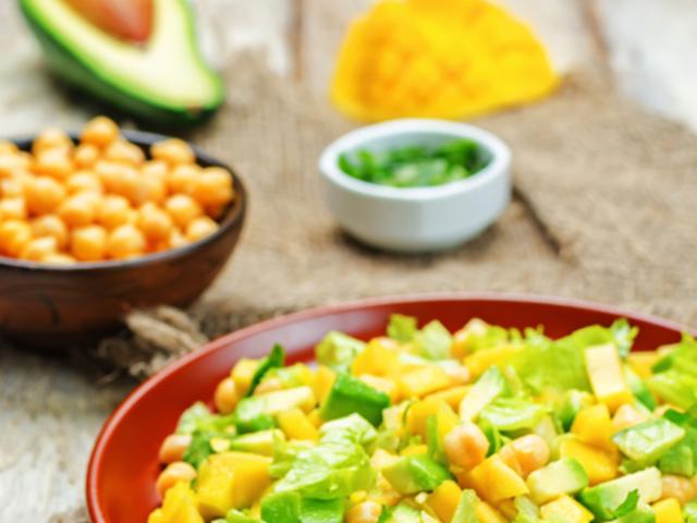 Салата с авокадо, нахут и манго