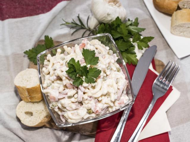 Салата с паста, риба тон и царевица