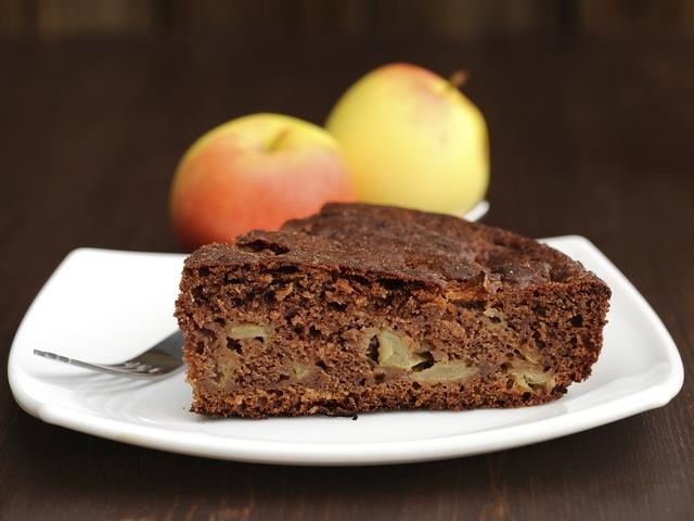 Шоколадов кейк с ябълки