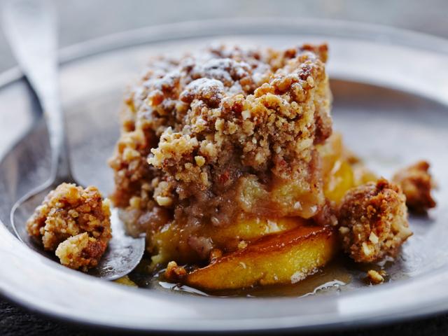 Лесен сладкиш с ябълки и овесени ядки