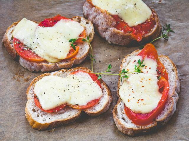 Брускети със сирене и печен пипер