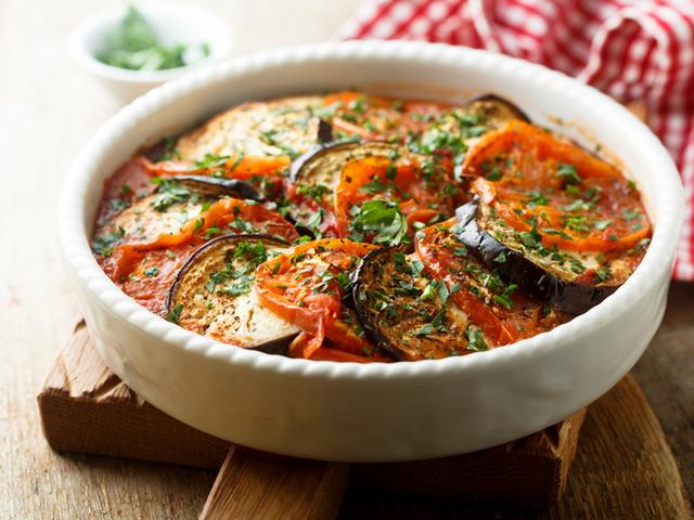 Патладжани с домати и магданоз на фурна