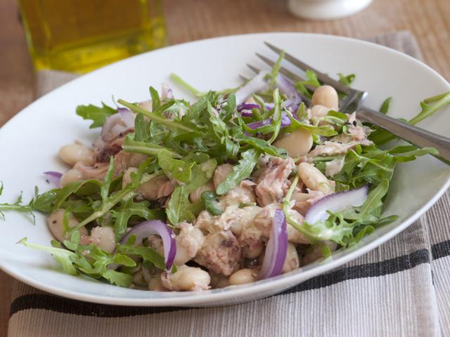 Средиземноморска салата с риба тон и боб