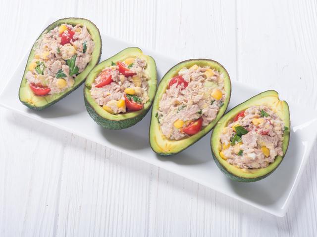 Пълнено авокадо с риба тон, домати и царевица