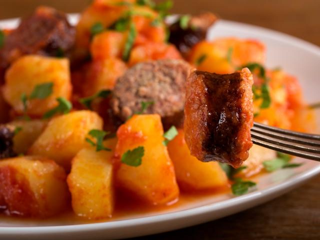 Картофи с наденица и чушки на фурна
