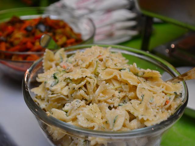 Салата с паста, бекон и кисели краставички