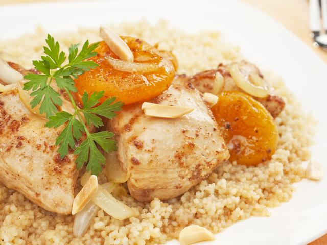 Пикантно мароканско пилешко с кайсии и кускус