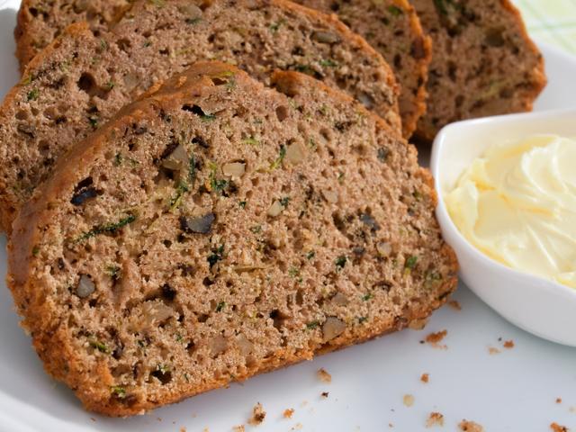 Хляб с тиквички и стафиди