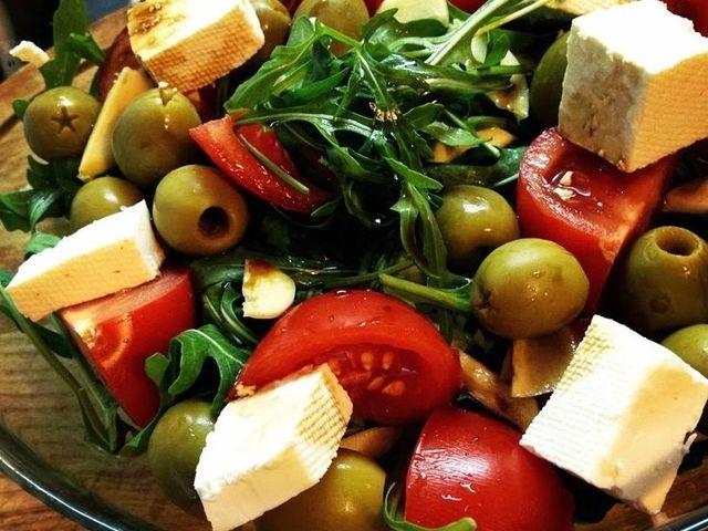 Салата с рукола, маслини и сирене