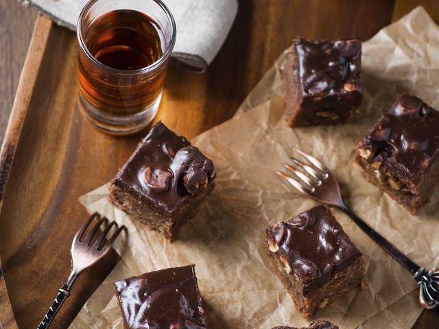 Богат шоколадов десерт с ядки