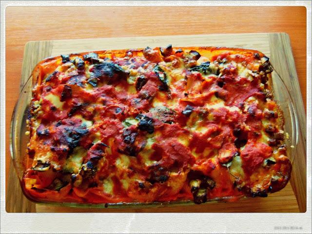 Запечена паста със сос, моцарела и пармезан
